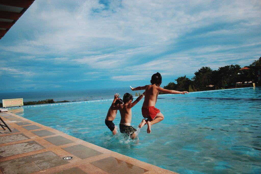 Comment quilibrer l 39 eau d 39 une piscine guide pratique - Comment recuperer eau trouble piscine ...