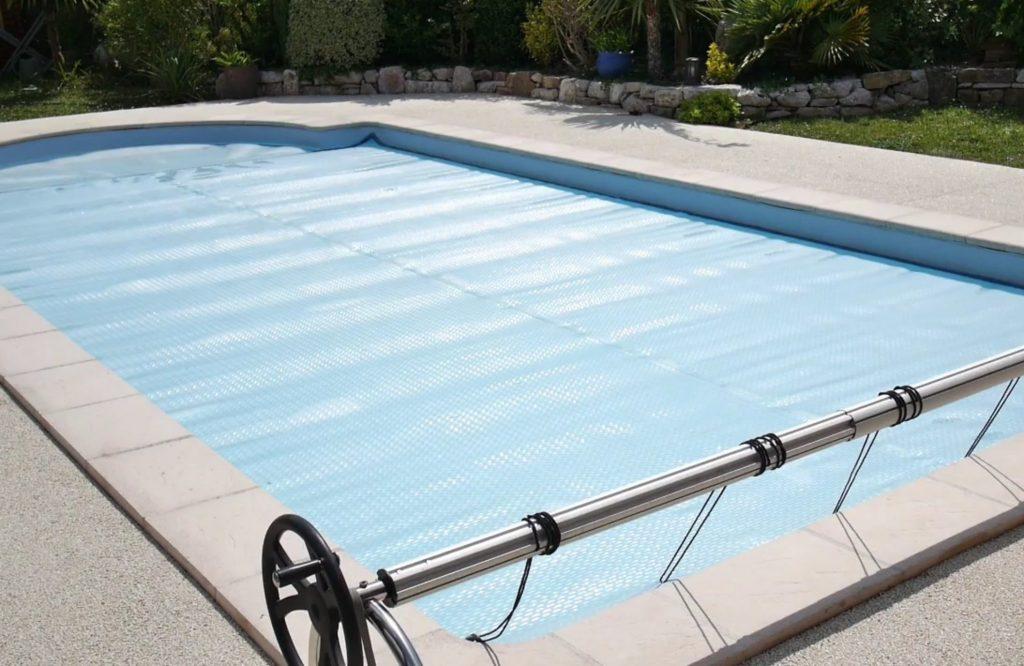 Enrouleur avec bâche à bulles pour piscine