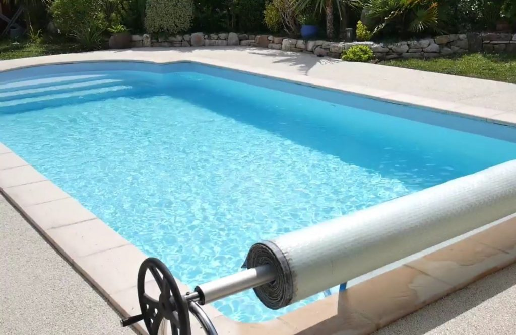 Couverture de piscine enroulée